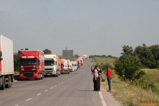 25-километрова опашка от товарни автомобили се е образувала на пътя към ГКПП-Лесово