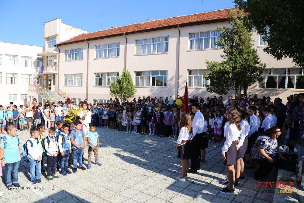 Учениците от 6-и и 11-и клас се връщат в клас