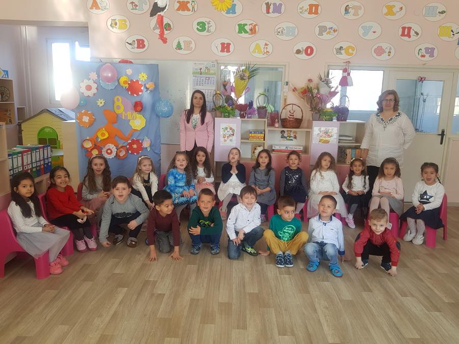 """Снимки: Децата от всички групи в ДГ """"Невен"""" отправиха пожеланията си към своите майки"""