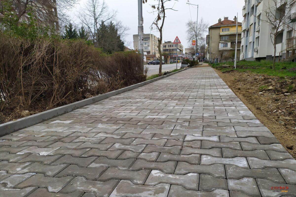 """Снимки: Започна реконструкцията на тротоарите на ул.""""Александър Стамболийски"""" в град Елхово"""