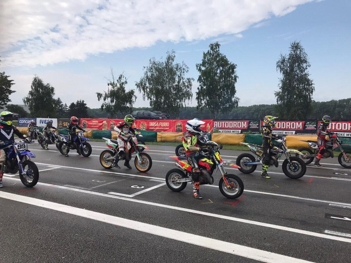 Живко Иванов остава втори във временното класиране след стартовете на европейския шампионат по супермото в Чехия